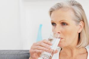Droge mond water drinken
